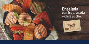 Ensalada con fruta asada y chile ancho.